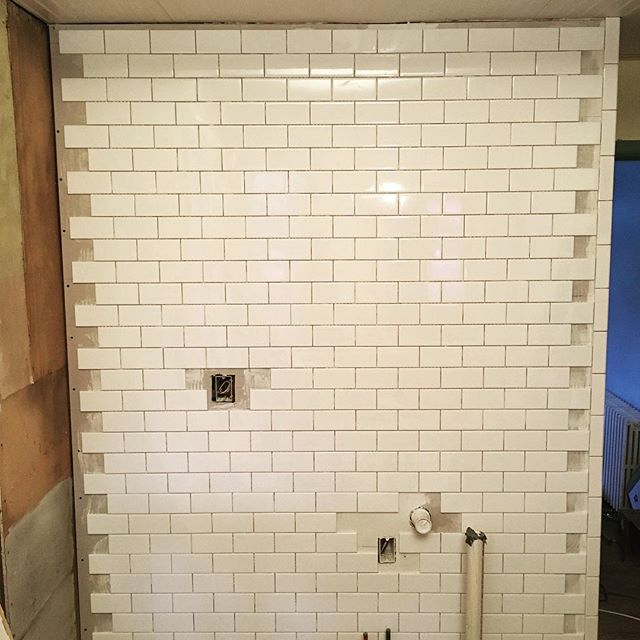 As you can see, I have not cut any tiles yet - although I did test the tile snap and daaaannng that thing is slick - and somehow (shocking!) the wall in this 136-year-old house isn't perfectly square - oh and there's still grouting to do - BUT, look, actual progress! #subwaytile #diytile #victorianrenovation #diyrenovation #builtin1882