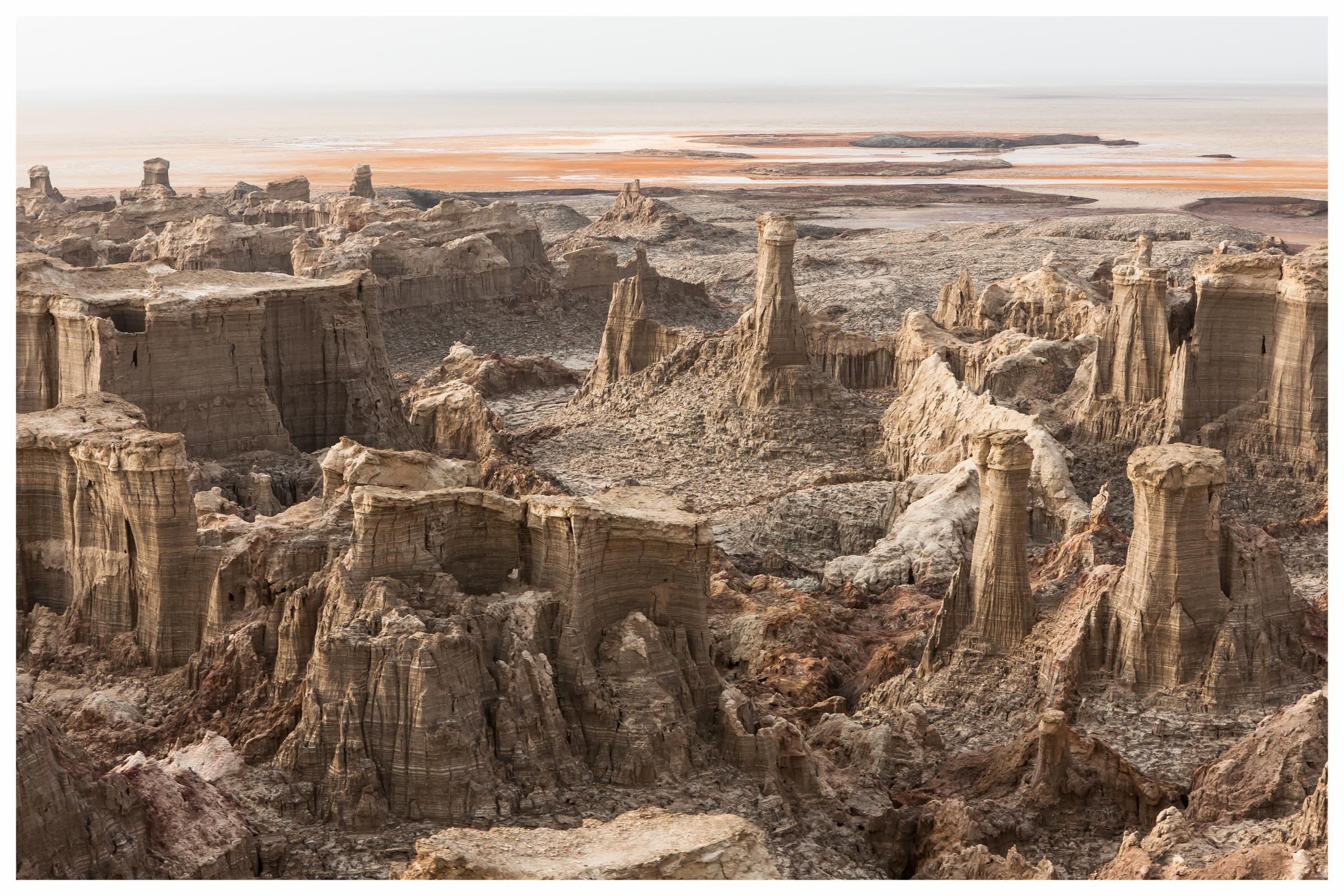 Äthiopien Tradition, Geschichte & beeindruckende Landschaften - Reich an ethnologischer und landschaftlicher Vielfalt ist Äthiopien ein besonders faszinierendes Land: Ein Muss für jeden Besucher sind die geschichtsträchtigen koptischen Kirchen in Lalibela und die St. Georgis Kirche. Im Norden warten außerdem reizvolle Ziele wie die Simien-Berge, in denen Gelada-Paviane und die seltenen Äthiopischen Wölfe leben. Nahe des Grenzgebietes zu Eritrea liegt eine der menschenfeindlichsten aber auch faszinierendsten Gegenden unseres Planeten: die Danakil-Senke mit den Schwefelquellen von Dallol und dem Lavasee des Erta Ale. Im Süden des Landes gibt es immer noch einige Naturvölker, die am Rande der Zivilisation ihre jahrtausendealten Traditionen zu bewahren und gleichzeitig den Anschluss zur Gegenwart zu finden versuchen. Touristisch ist Äthiopien immer noch weitgehend Entwicklungsland und die Infrastruktur relativ begrenzt. Es empfiehlt sich deswegen unbedingt ein Helikopter als Reisemittel, um die Schönheit dieses Landes in vollem Ausmaß bestaunen und begreifen zu können.