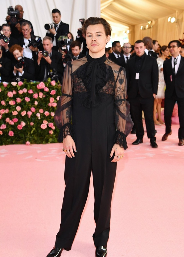 You know me amigos, I don't focus on the negative, but I cannot with this Gucci horror show that Harry Styles is wearing. He looks like some sort of sexy toddler/ penguin. -