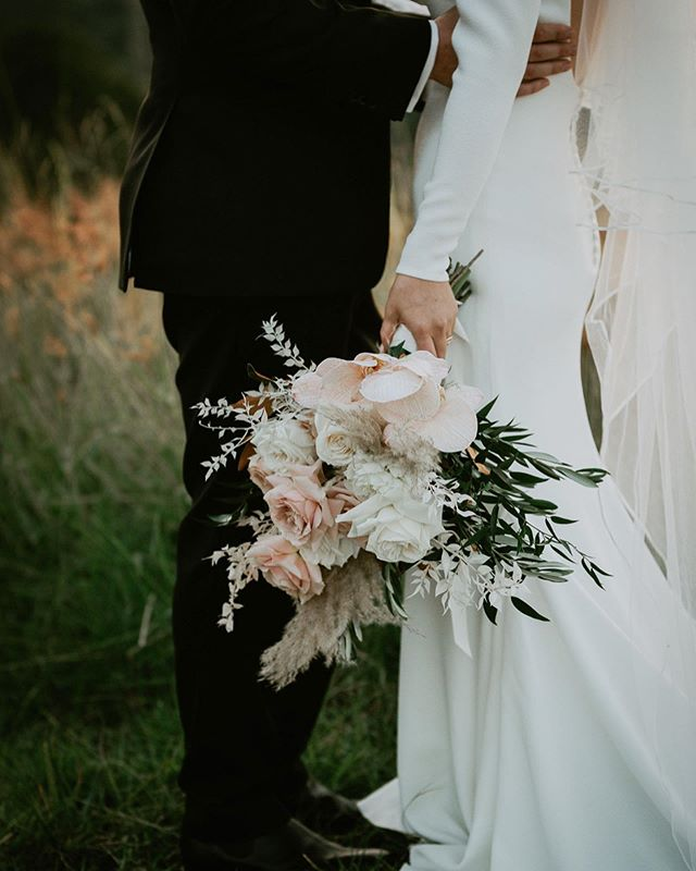 Modern + sophisticated + romantic + luxe florals for Maddie + Ciaran, captured beautifully by @elsimpsonphotography ✨ swipe to see more images from this stunning wedding!