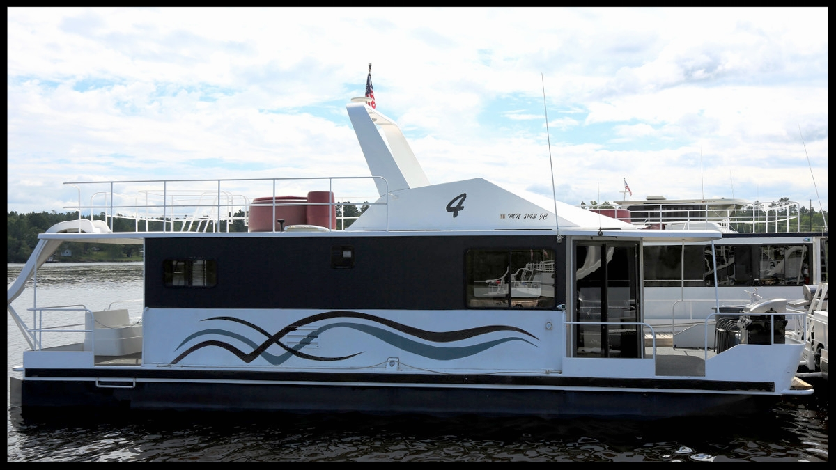 42' Cruiser  Relax in the hot tub, drive from up top, or cuddle up next to the fireplace in our perfect romantic getaway boat. But if you  have  to bring the kids, the 42' Cruiser can accommodate them as well with all the standards plus TV/DVD, Microwave, and CD/Stereo.  2 beds