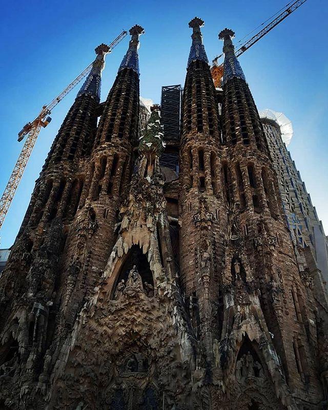 Barcelona❣Antoni Gaudi . . #sagradafamilia #spain #art #gaudi #bendyourmind #nature #genius #movement #design #barcelona #mediterraneo
