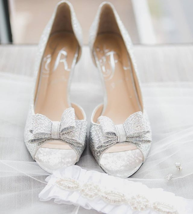 Love capturing all the lovely details that make up a beautiful wedding day 👠❤️ #weddingwednesday #memoriesbymartine