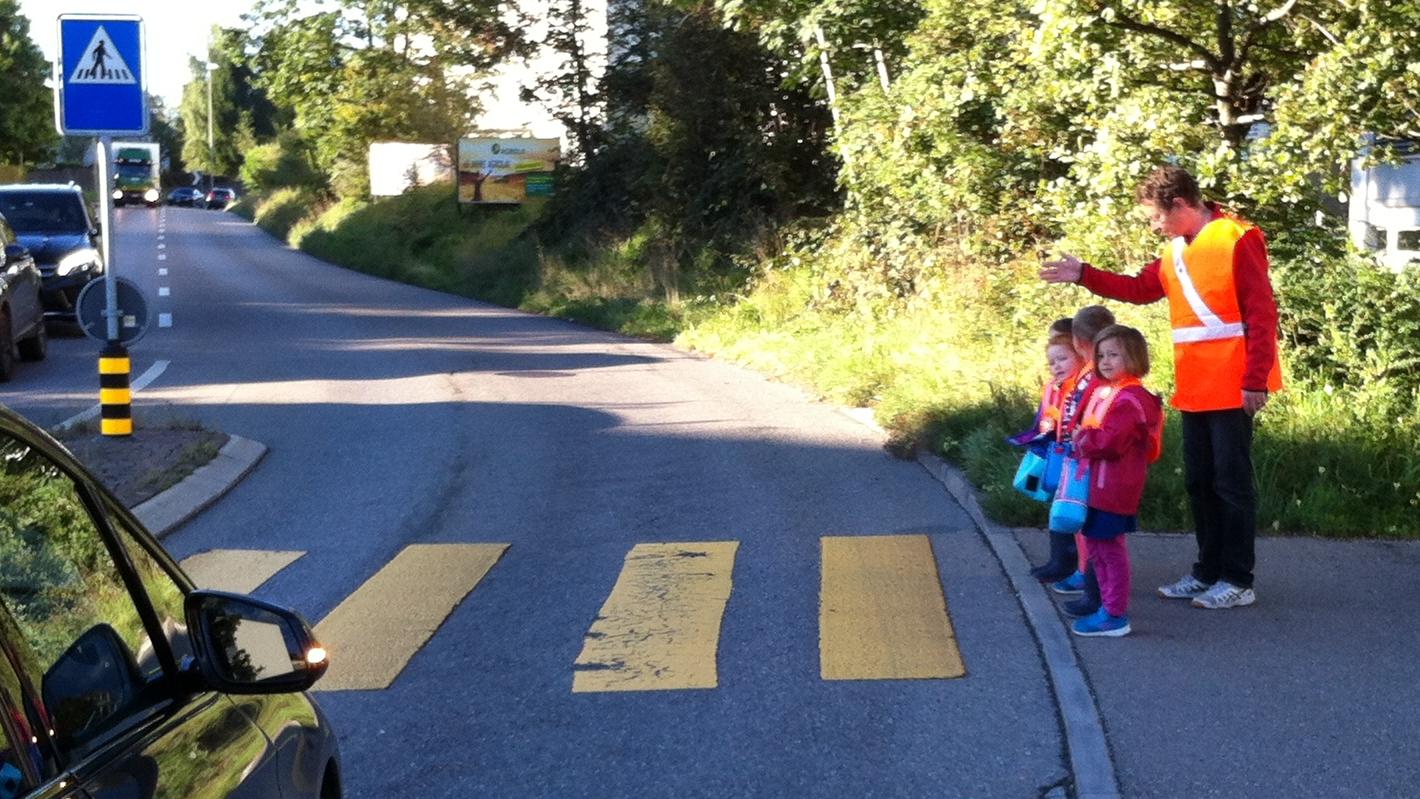 Begleitdienst: damit auch die jüngsten Wetziker lernen, sicher über die Strasse zu kommen.