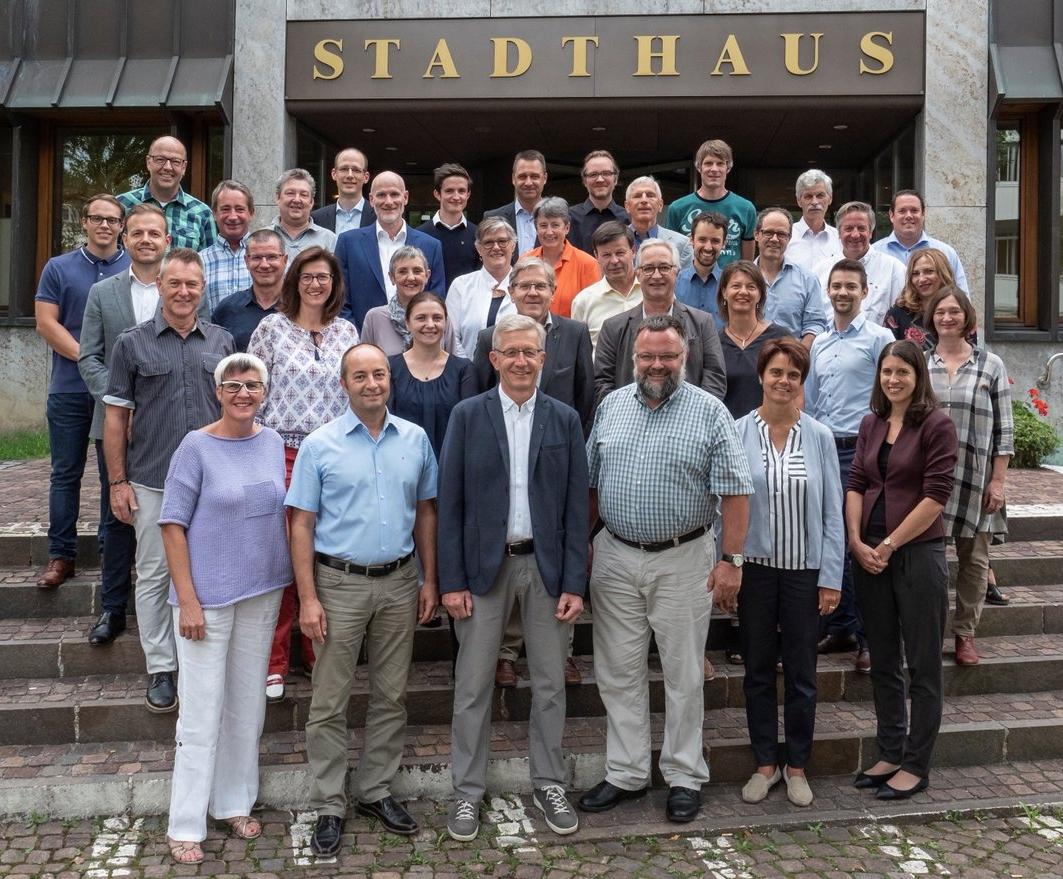 Das motivierte Wetziker Parlament mit der Ratssekretärin Franziska Gross startet 2018 die zweite Legislatur.   (Foto Klaus Hoffmann)