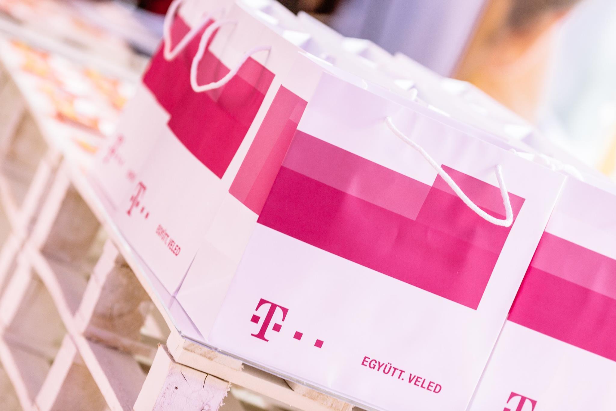 Márkázott csomagok és részvevőknek ajándékok