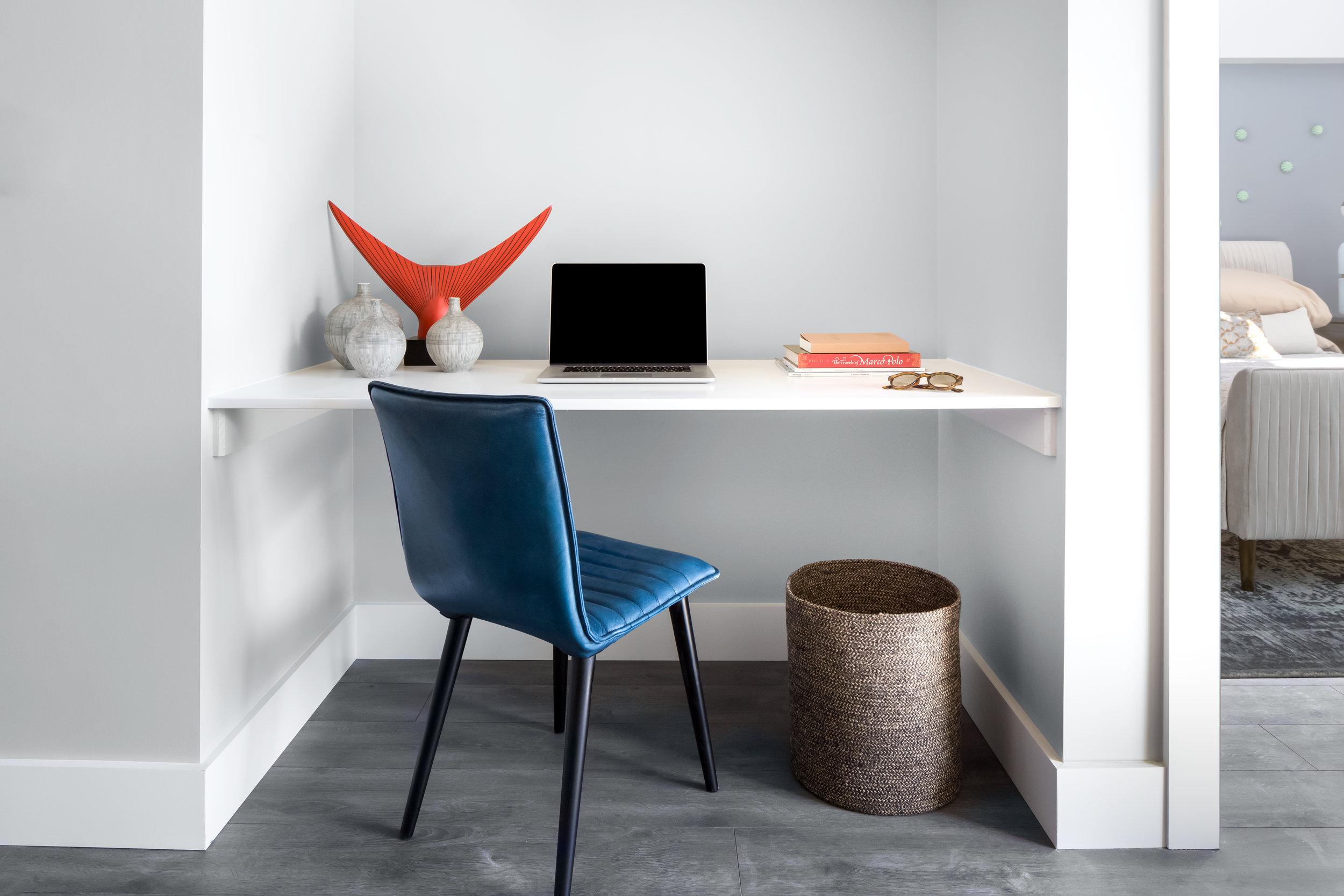 6_Desk.jpg