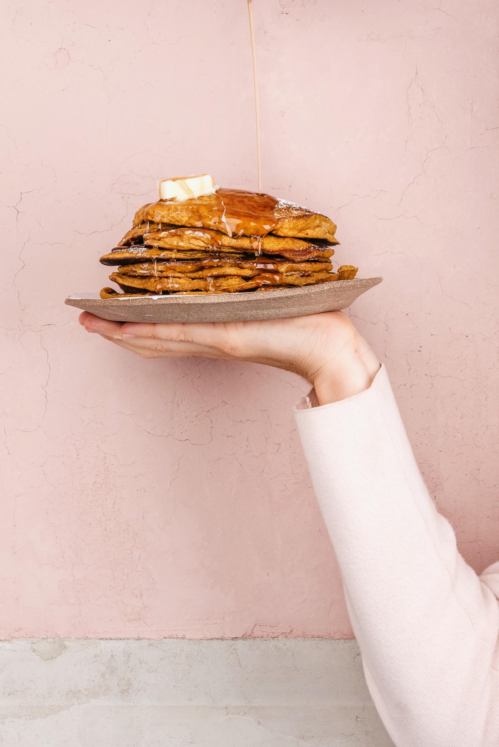 TENDER GLUTEN-FREE PUMPKIN PANCAKES (+ WAFFLES!!)  #sarahcopeland #glutenfree #pumpkinpancakes #pumpkinrecipes #fallrecipes