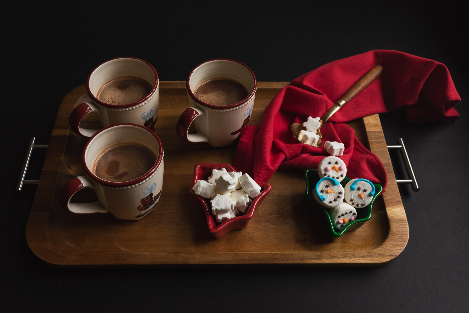 still-life-of-hot-chocolate-mugs-on-tray-with-marshmallows