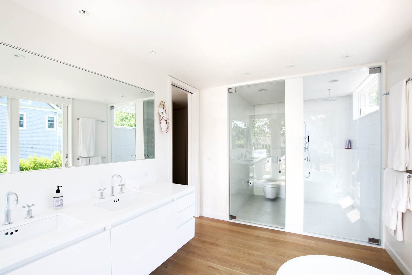 06_Bridgehampton House-master-bathroom.jpg
