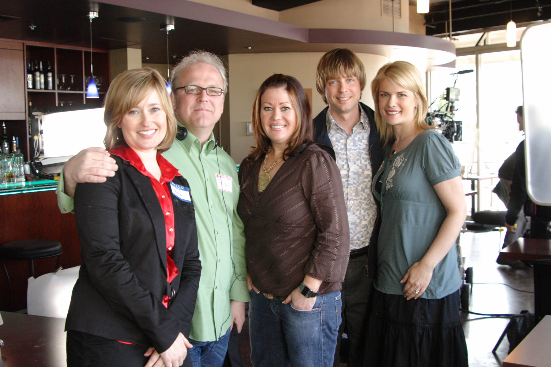 ROBSON ARMS, SEASON 2  TELEVISION SERIES  FROM LEFT TO RIGHT: WENDY RUSSELL, DIRECTOR GARY HARVEY, JANN ARDEN, HAIG SUTHERLAND, TAMARA TAGGART