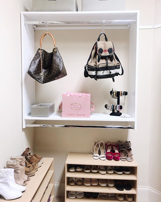 We were able to get creative with this corner, since there was so much extra space in this closet. When you have an extra shelf or hanging space, don't let it become an unintentional drop zone! Instead, display some of your favorite things ✨