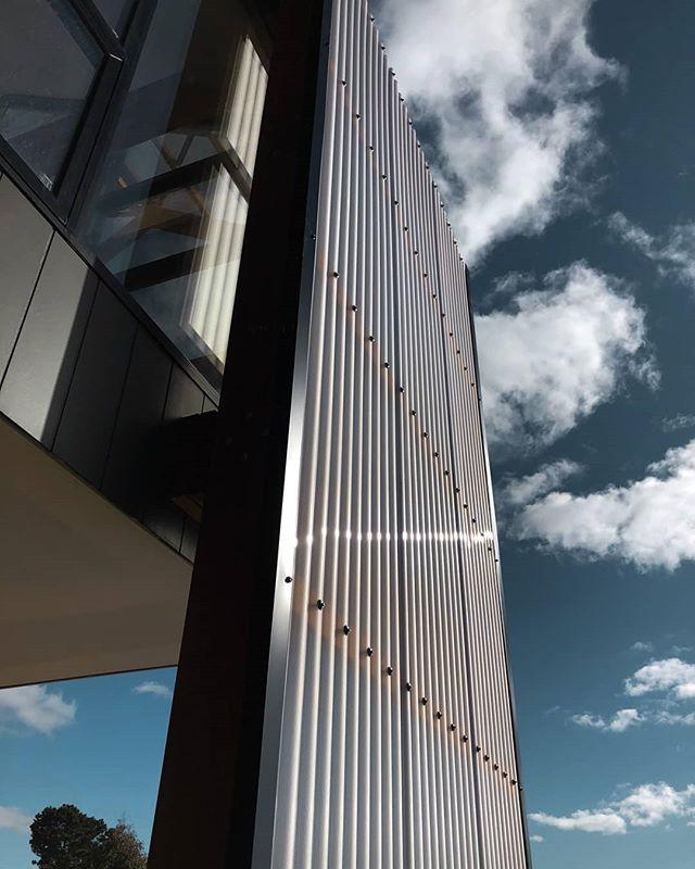 RANGE RD // STUDIO AKA // many blue sky days to come  @smithbuilders06 @aligeers#adelaidedesigner #localdesign #aussiedesign #architectureporn #archilovers #archinspiration  #australiandesign #building #design #city #residential #residentialarchitecture #australiadesigner #homedesign #architecture #architect #urban #adlarchigram #architecturelovers #modernaustralian