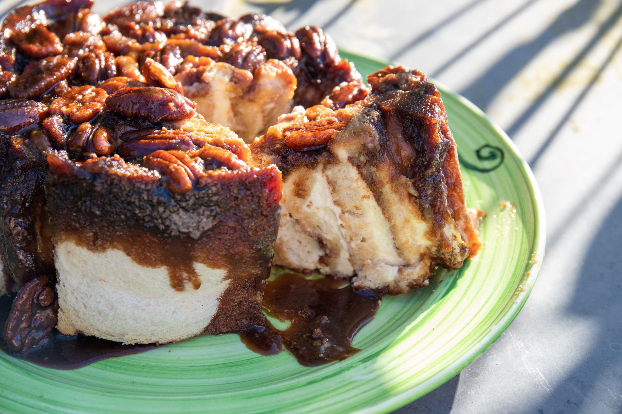 Voorbereidingstijd:   45 minuten    Baktijd:   40 minuten baktijd en  nog 10 minuten  om de cake goed af te laten koelen    Geinspireerd op:   TASTY, by Julie Klink    Video  : www.tasty.co/sticky-bun-cake