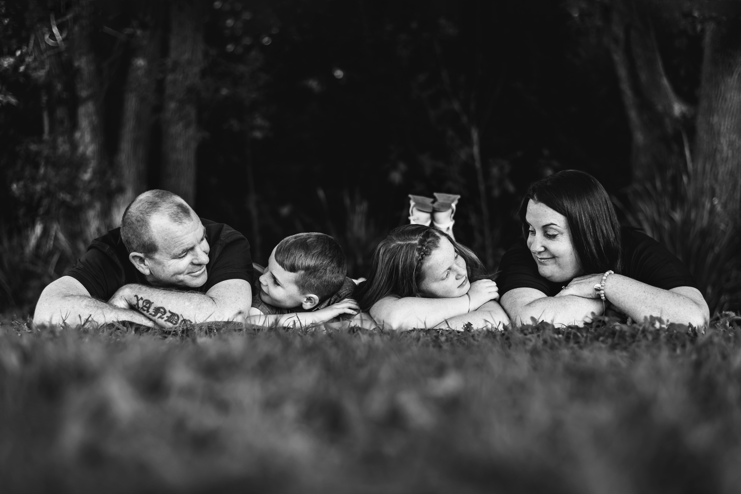 black_and_white_family_portrait_in_Brisbane