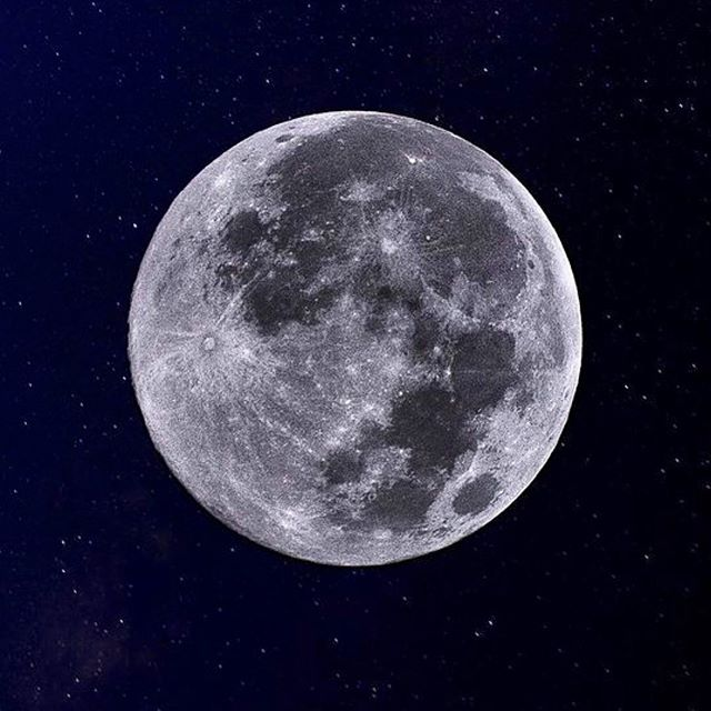 Tonight's full moon in Aquarius I think I'm going to do things a little differently since aquarians have a talent to think outside of the box! I'm going to exercise that skill by channeling what 5 year old aiyah use to dream and imagine of.Dreams that weren't limited by fears or if they were reasonable or not but dreams that where visualised as if they're already happening. Tonight I invite you guys to set fears and limitations aside and think outside the box! When we do this we're able to open our third eye chakra to new ideas so we can bring them down to our sacral chakra and manifest! So close your eyes and ask the little child within to remind you what you use to dream of when you were a kid!🔮🙏🏻✨ sending everyone lots of love,health and abundance. Sweet Dreams!#myspiritualdiet #aiyah #fullmoon #fullmooninaquarius #aquarius #thinkoutsidethebox