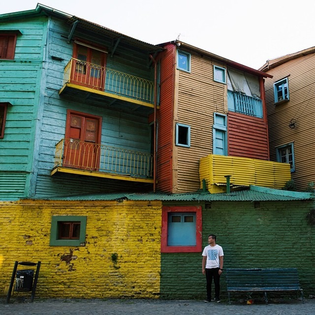 A self portrait on Caminito in La Boca, Argentina using a trashcan as a tripod #antarcticaordie (at La Boca, Distrito Federal, Argentina)