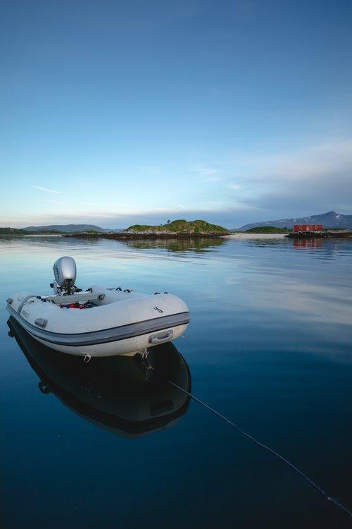 soleil de minuit dans un fjord