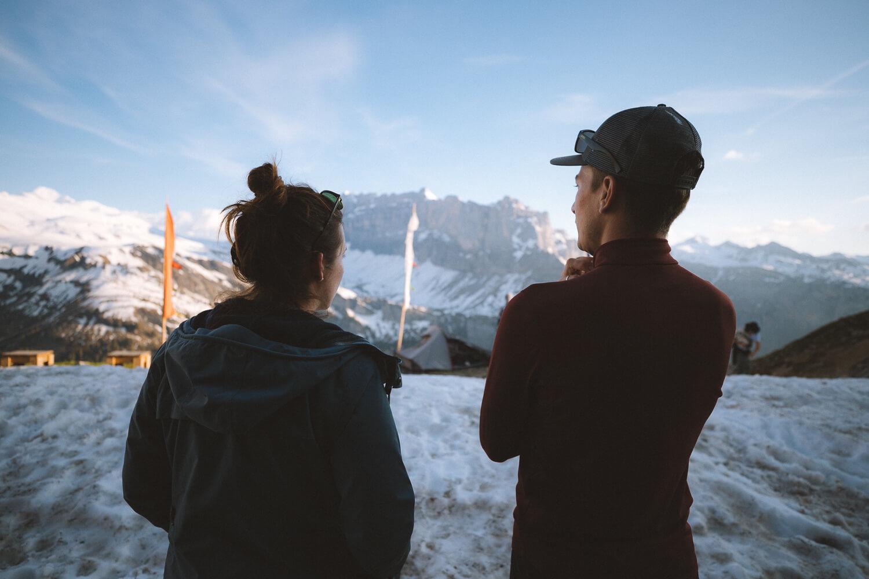randonneurs face au mont blanc