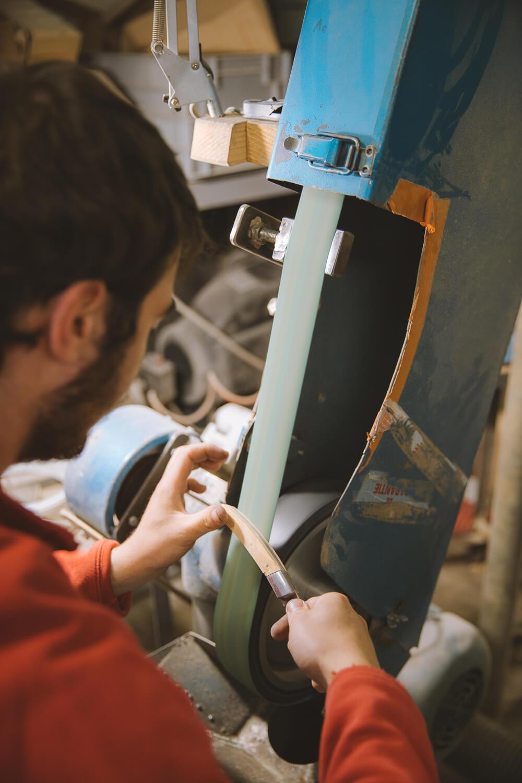 finitions a l atelier de fabrication de couteaux