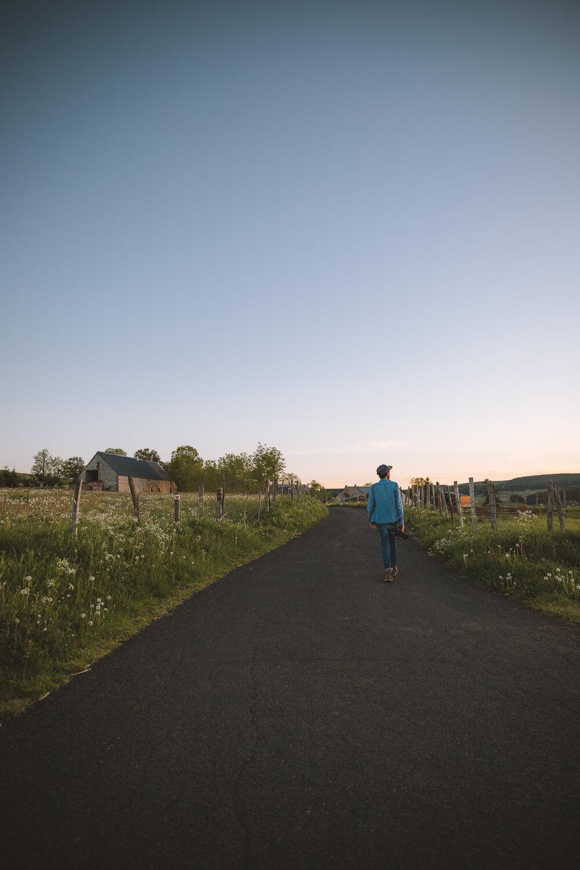 seb marche sur la route