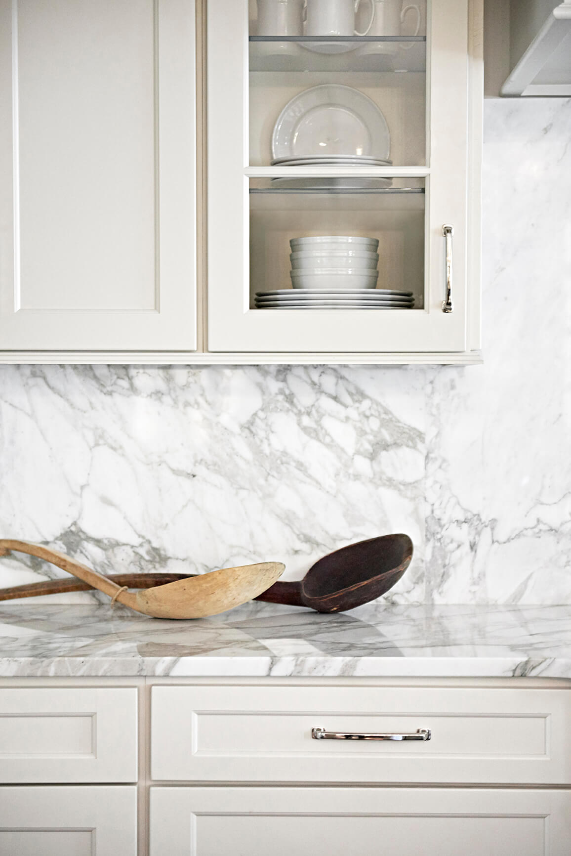 White kitchen cabinet with marble back splash - Rustic Contemporary Bureau Interior Design Nashville TN