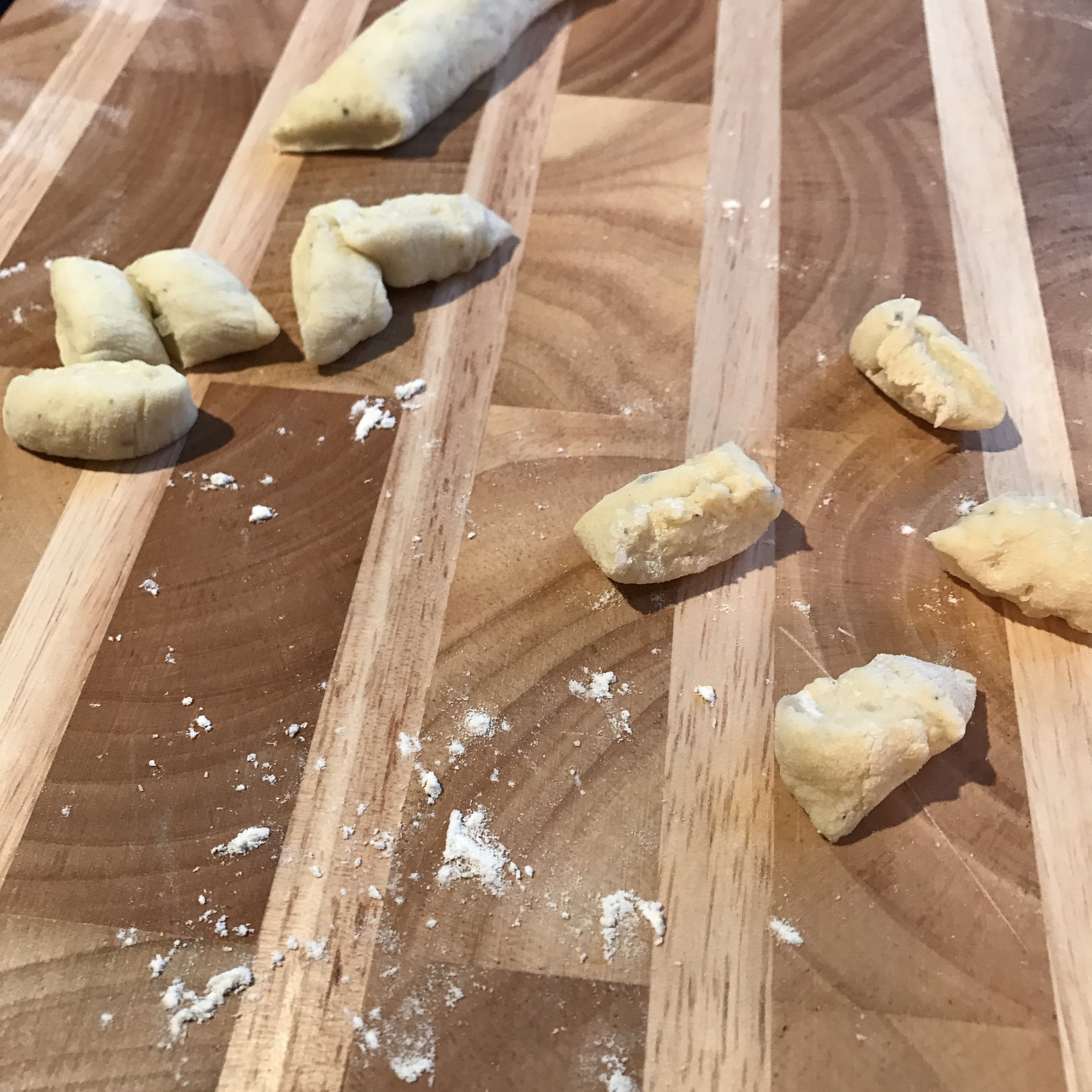 So you want to make home-made pasta but you don't want to spend the rest of your life kneading dough or hunting down pasta maker attachments? Bingo! Gnocchi! Toddler approved and easy to make from scratch!