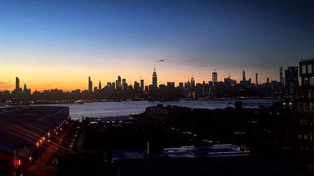 There is something in New York air that makes sleep useless #brookyn • • • • #brooklynnights #nycskyline #girlsnightout #manisandbrews #nyc #reynard #picoftheday #photography #photooftheday