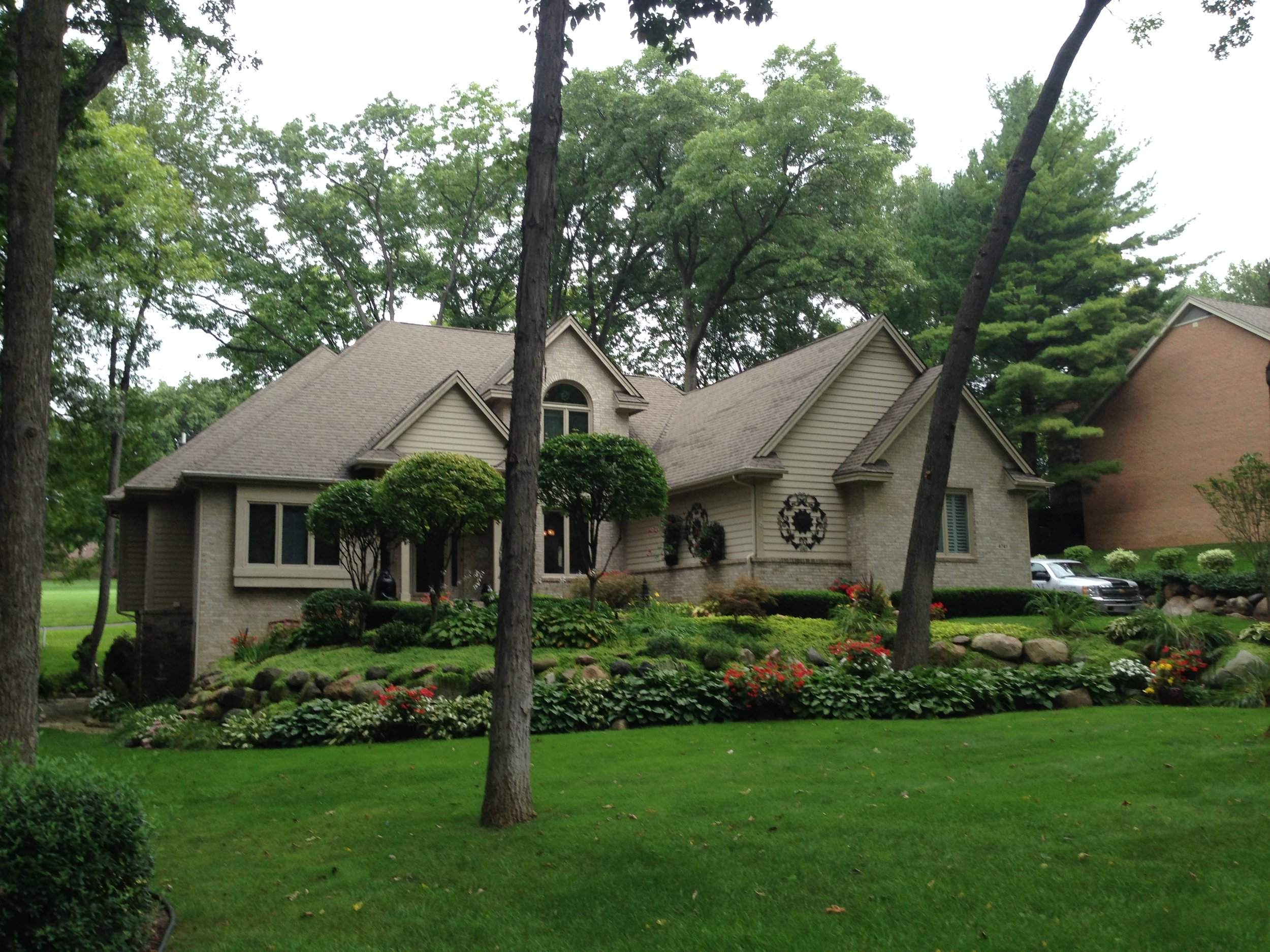 Oak Tree Ct- Brighton-Oak Pointe-$494,000   DOM (Days on Market) 7/ Sold for 97% of asking price.   This was a meticulously maintained 2 story home in the popular Oak Pointe Country Club sub. This took 8 showings to sell!!