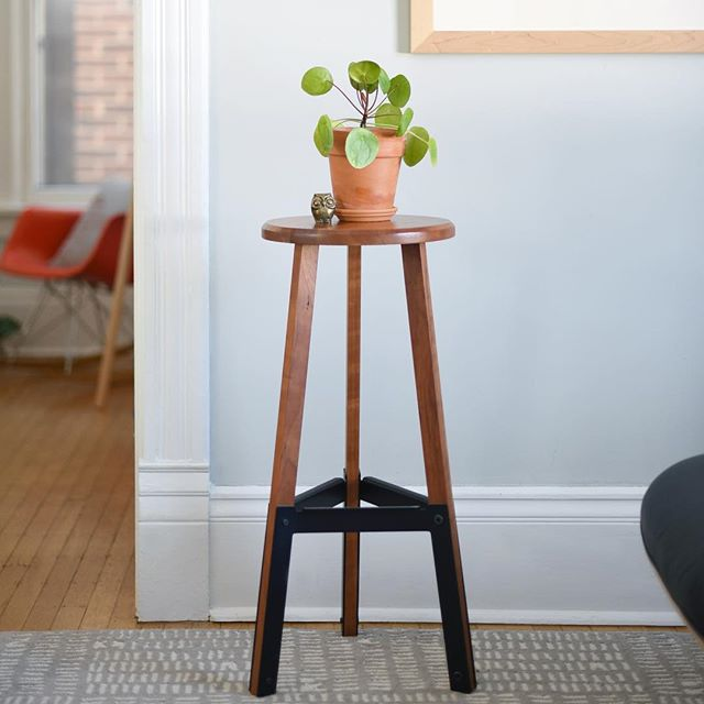Poet stool in cherry.