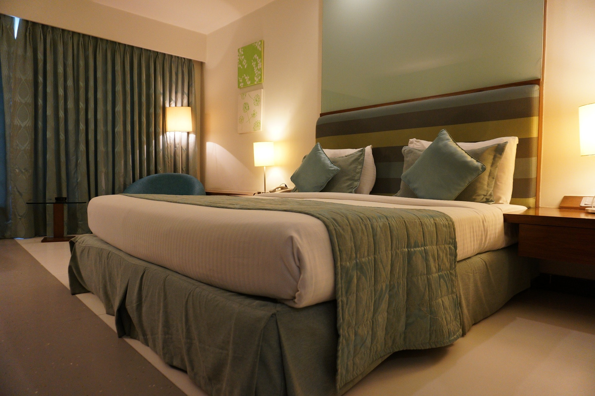 budget hotel room finding cheap accommodation