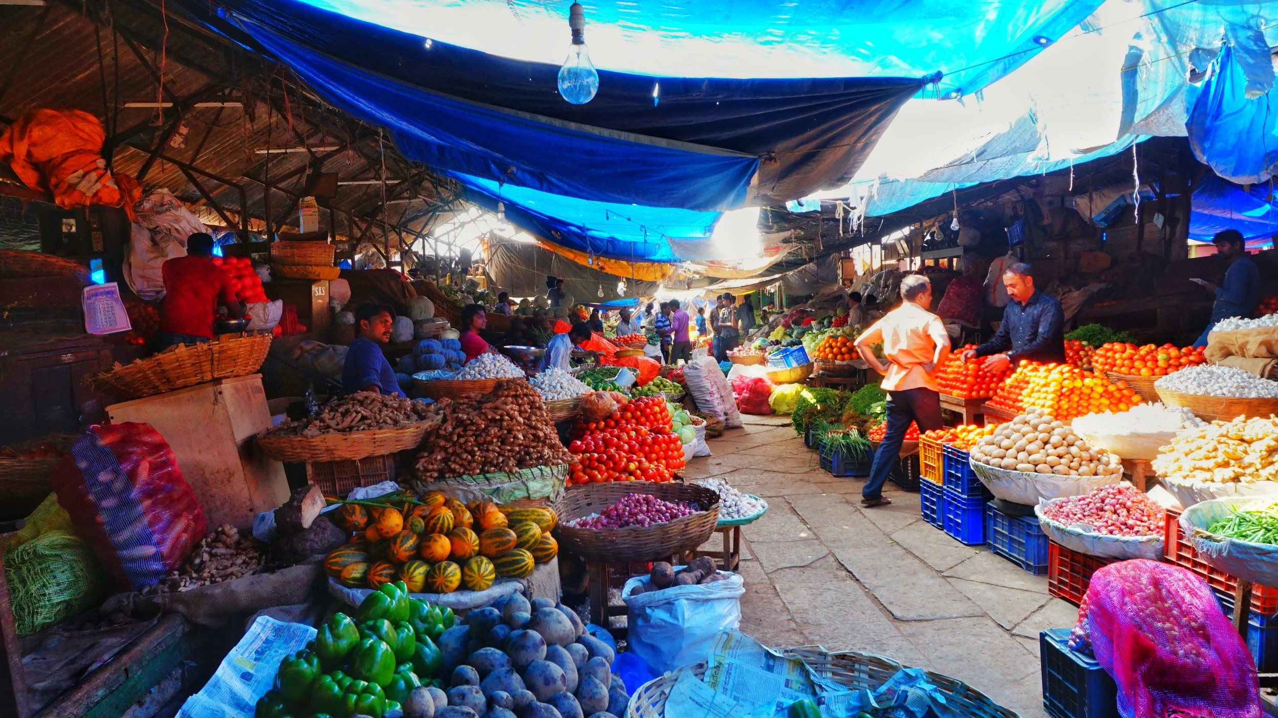 The bustling Deveraja market is one of the best places to visit in Mysore!