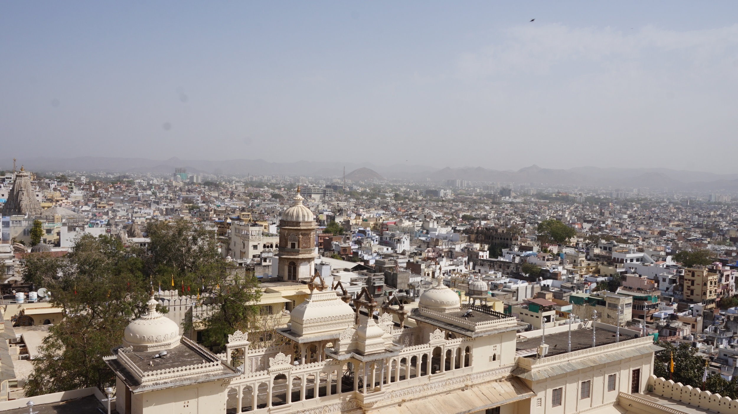 View over the beautiful city of Udaipur. See the city from one of the rooftop terraces is one of the places to visit in Udaipur.