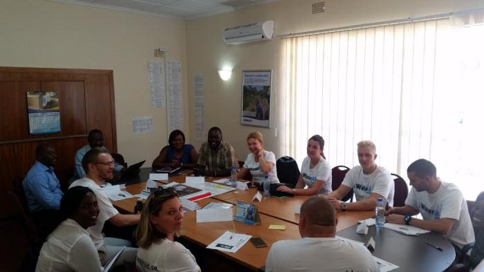 """Saul i grön och vitrandig skjorta berättar om hur WaterAid jobbar i Zambia. De jobbar mycket långsiktigt och inser att det är nästa generation som kommer kunna göra den stora skillnaden. Saul använde ett underbart uttryck när han berättade om deras skolarbete: """"Children is our window of hope"""". Något av det bästa jag hört."""