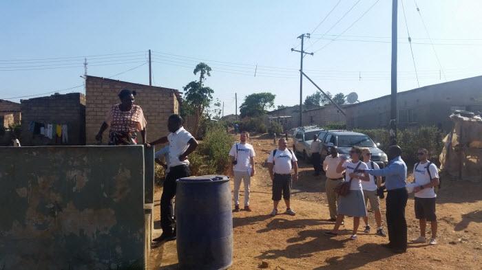 En av de statligt reglerade vattenposterna som WaterAid byggt. Strax efter denna bild så kom det en grupp med flickor som burit vatten drygt 500 meter eftersom de säkra statliga vattenposterna inte är öppna hela dagarna p.g.a. vattenbrist.