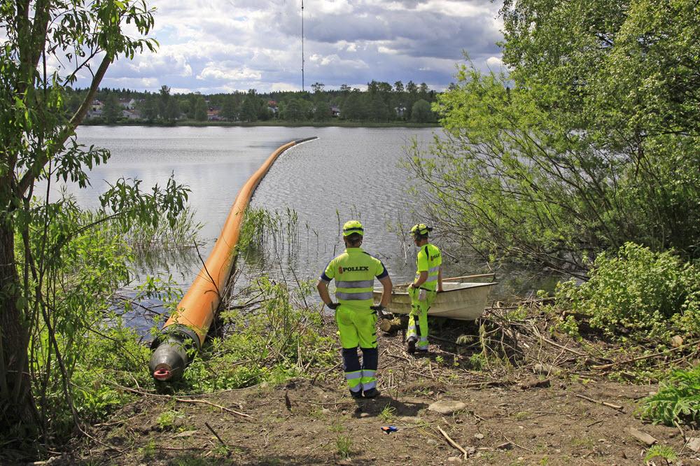 Den nya ledningen läggs ut på olika vis beroende på hur kringliggande förutsättningar ser ut. En sjö utan båttrafik är en effektiv upplagsplats.