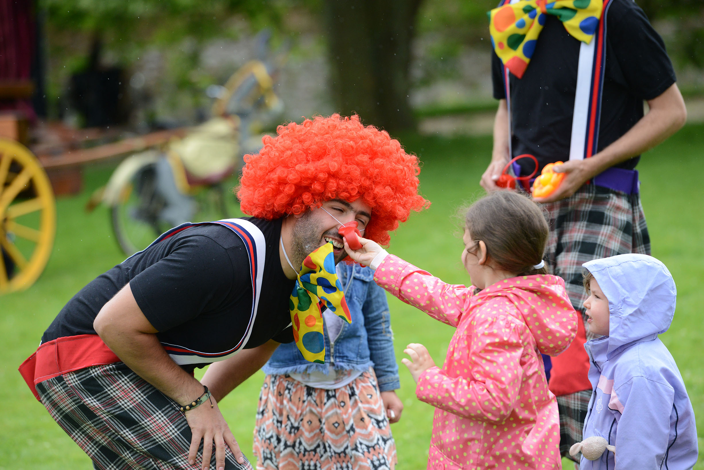 Street theatre and walkabout circus performers: family friendly