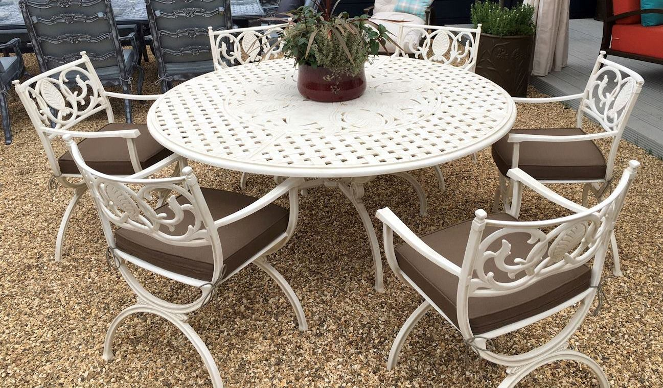 Soriano 4 - 6 Seater round table with Vienne carvers