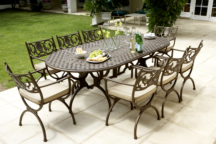 Soriano 8 seater oval table with Vienne carvers