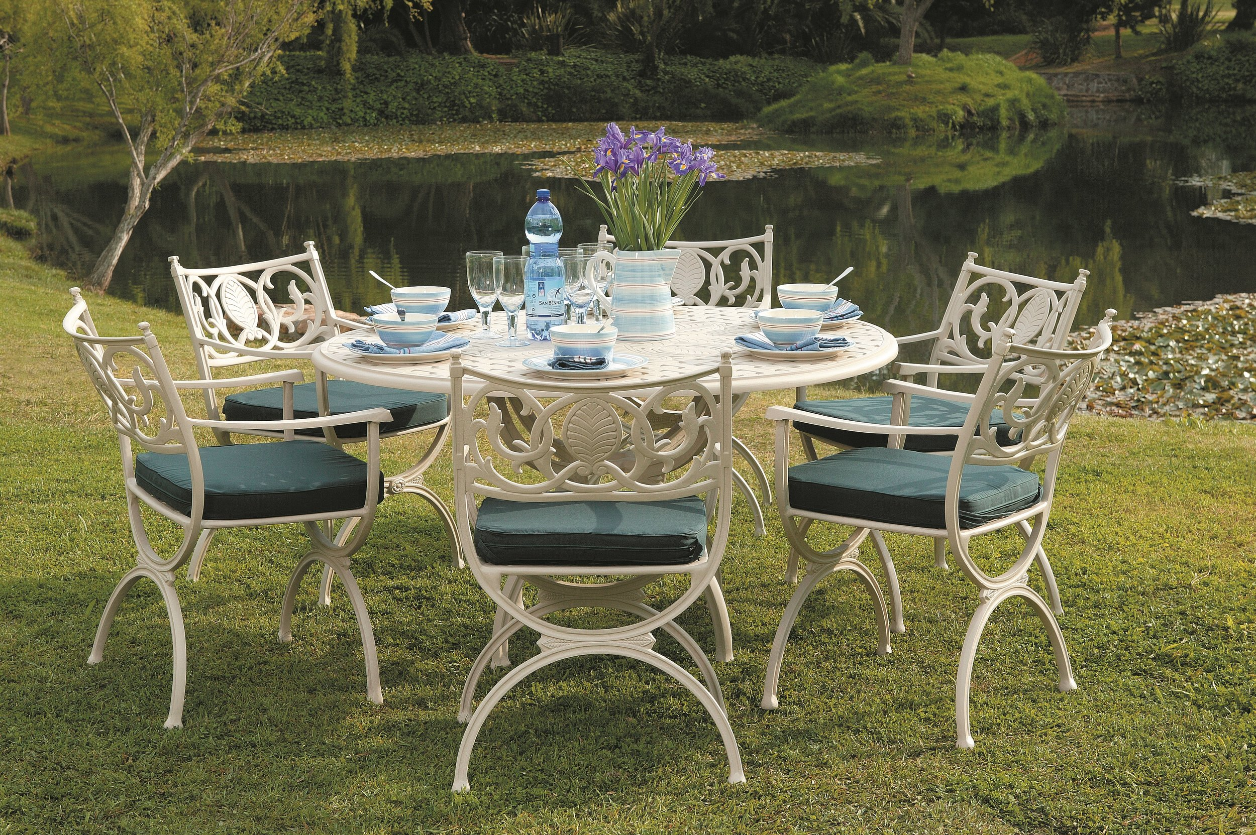 Soriano 4 - 6 seater round table with Vienne caarvers
