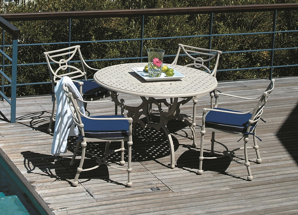 Soriano 4 seater table with Baxter carvers