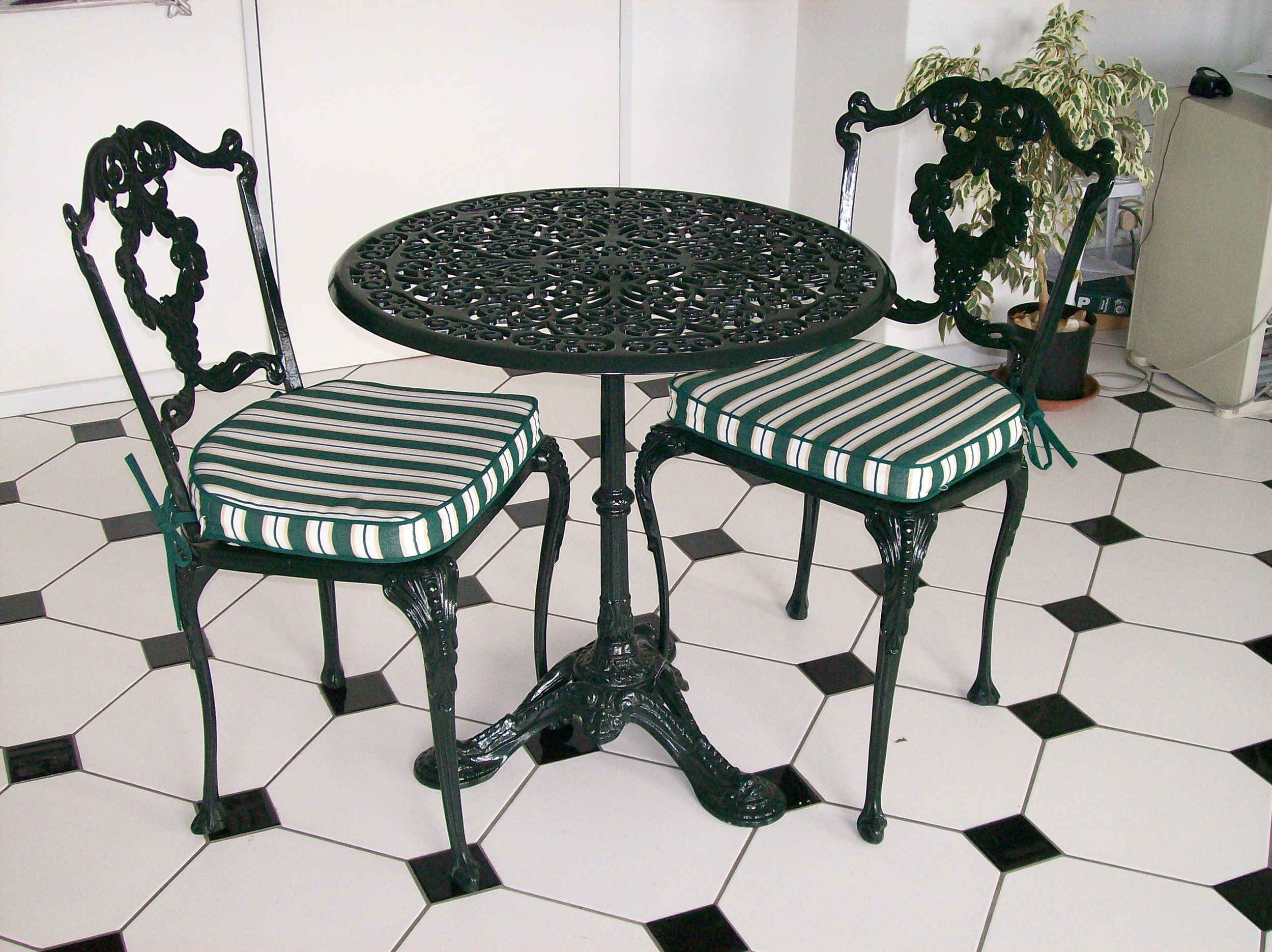 70cm Pedestal table with Laurel diner chairs