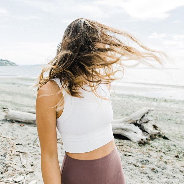 Oh hey, summer, is that you? 👋🏼 ⠀⠀ 📷 @diana.in.wanderland #summersolstice #firstdayofsummer #seattlesummer #summervibes #summerfeels #pnwsummer #pacificnorthwest #getoutside #outdoorworkouts #outdooryoga #yogaoutside #beachday #beachyoga #pittaseason #pitta