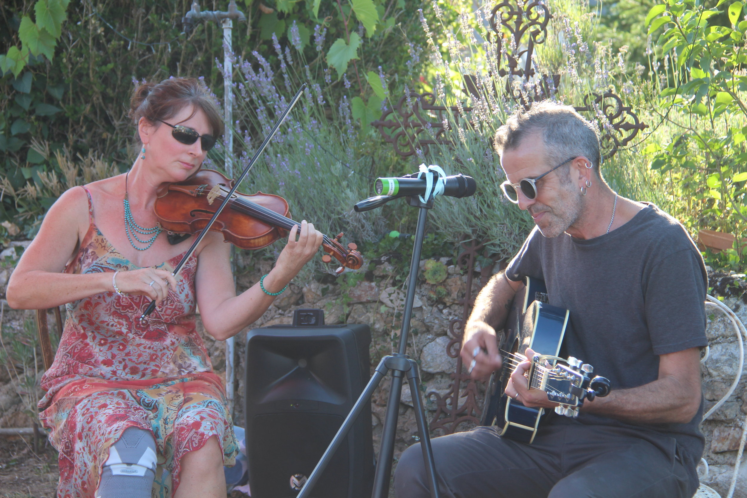 Lucy Perkins and Jonas Read in an improvised jam session in the gardens of the ATELIER MELUSINE 19.07.19