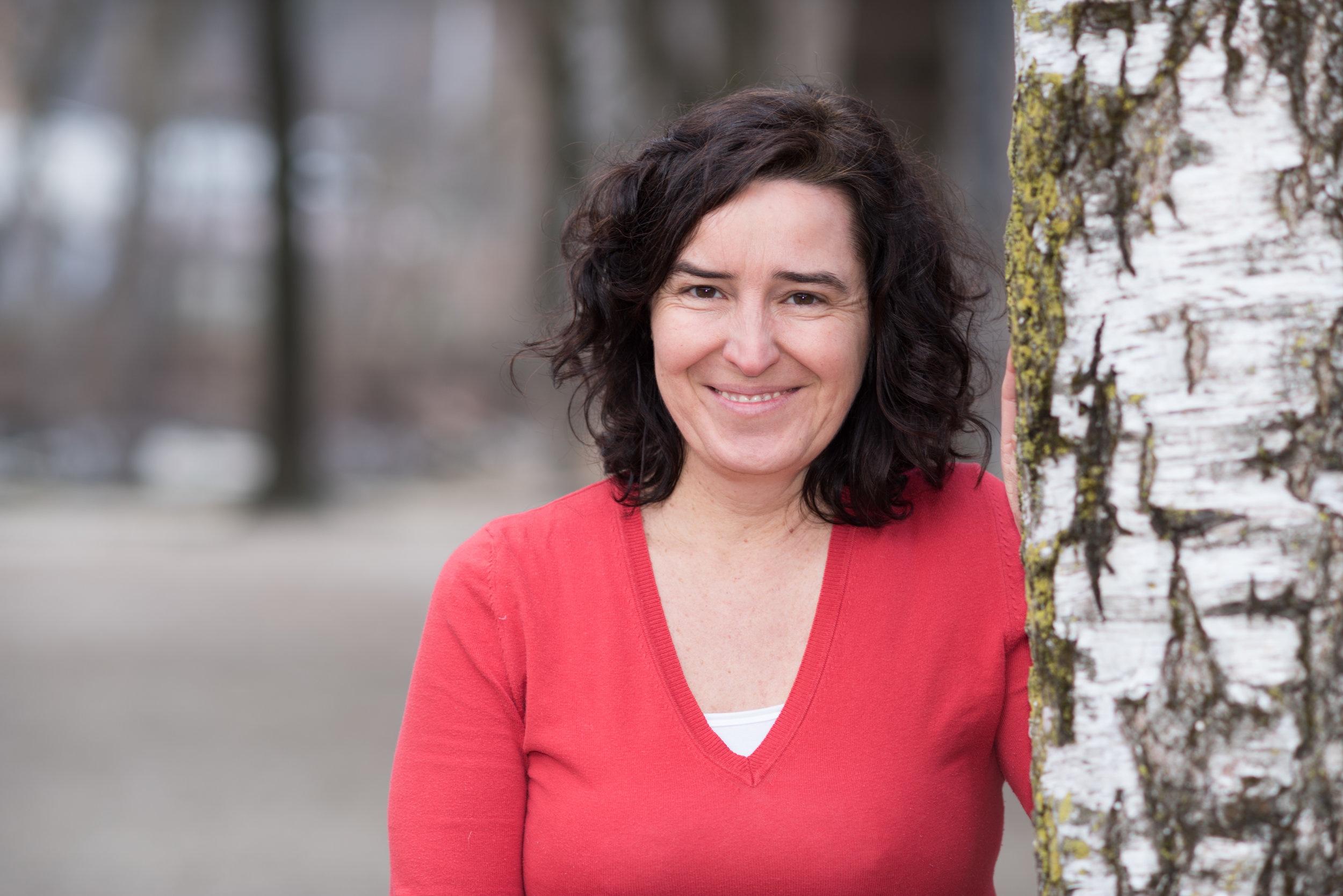 """Kathrin Gschleier - Die Dramaturgin und Autorin Kathrin Gschleier lebt am Ritten und arbeitet in Brixen, war von 1999 bis 2009 als Dramaturgin der Vereinigten Bühnen Bozen tätig und ist seit 2010 Autorin zahlreicher Narrativa. Ihr Schwerpunkt liegt einerseits auf Geschichten für Kinder, Jugendliche und Familien, inhaltlich setzt sie sich mit den Schwerpunkten Südtirol, Identität, Sagen und Mythen auseinander. Ihr erster von 6 Sagenwanderführer """"Die Salige"""" erschien 2011 im Verlag Narrativ, ihr erstes Sachbuch """"Mein Südtirol Buch"""" veröffentliche A. Weger Verlag 2014, ihr erstes Theaterstück """"Autobahnraststätte Nr. 5"""" wurde 2017 uraufgeführt, ihr erstes Sagenbuch """"Meine Südtiroler Sagenwelt"""" erschien 2018. Mit binnen-I arbeitete Sie bereits an der Adventskalenderaktion """"sweet afFAIR"""" der OEW – Organisation für eine Welt und den Südtiroler Weltläden. Für das Projekt """"FanesAusSagen"""" lieferte Kathrin Gschleier als Autorin erzählendes und dramatisches Textmaterial, als Dramaturgin Hintergrundwissen zum sagenumwobenen Mythos von Fanes."""