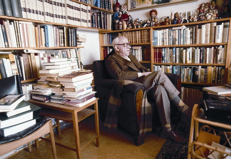 Laxness in his library. Image from   The Reykjavík Grapevine .