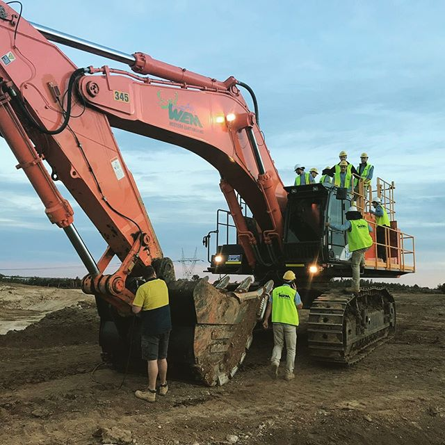 How many engineers does it take to grease a 90T Excavator? 🤣 #WEM #earthmoving #earthmovingdaily #earthmovingequipment #earthmovingmachinery #earthworks #cuttofill #smellofdiesel #burningdiesel #dozer #scraper #excavator #dumptruck #civilengineering #civilcontracting #civilconstruction #plantoperator #plantoperatorlifestyle #theresrocktoberipped #bulkearthworks #grader #grading #massexcavation @colemansequipment