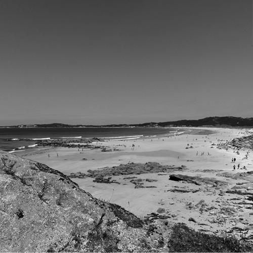 LAS RÍAS   La península de la Barbanza, famosa para sus dólmenes, el parque natural de las dunas de Corrubedo y las lagunas de Carregal y Vixán son fácilmente accesibles a aproximadamente 30 minutos en coche, así como las atractivas playas de las Rías Baixas y Rías Altas.