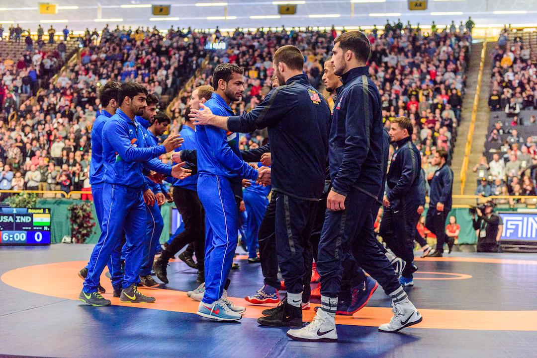 India and the United States greeting at the start of the Iowa City meet // Tony Rotundo / UWW