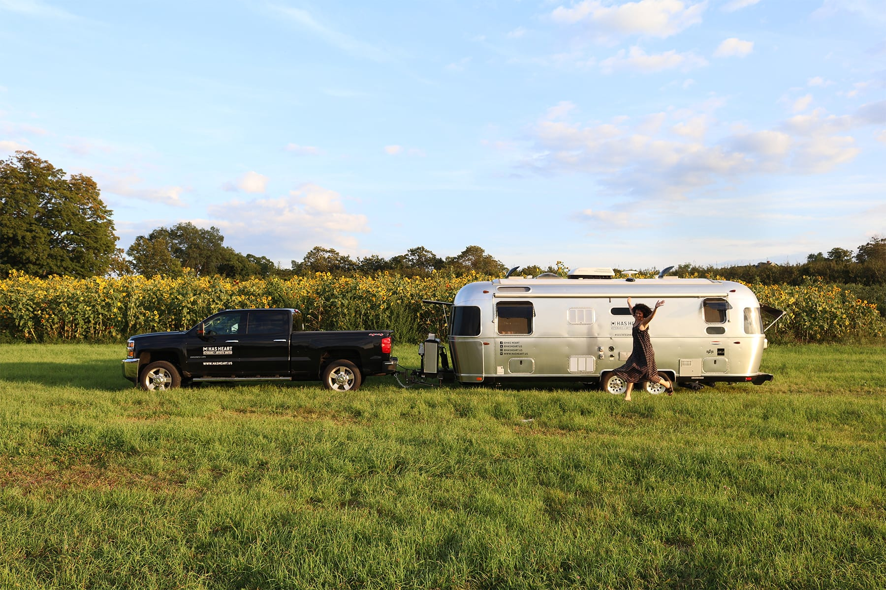 07-CT-journey-airstream-sunflowerfield01.jpg